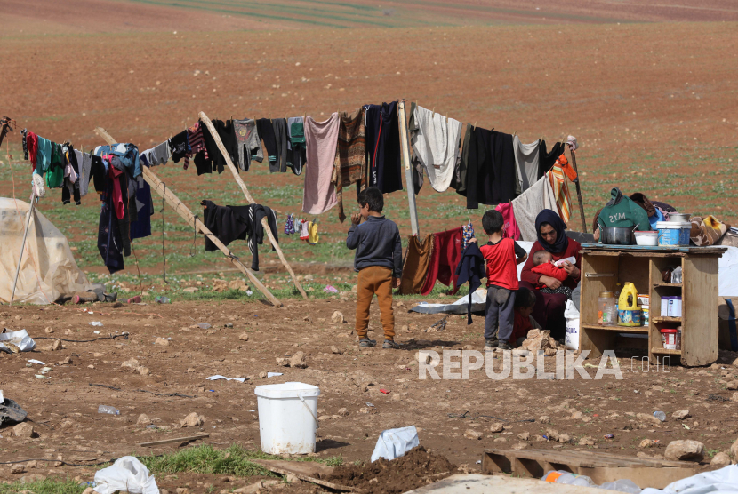 Wanita Palestina duduk bersama anak-anaknya di luar tenda rusaknya di daerah Al-Hamsa di Lembah Jordan, Senin (8/2). Tentara Israel menghancurkan Al-Hamsa, sebuah desa Badui di wilayah Lembah Yordania untuk ketiga kalinya.