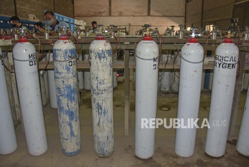 Pekerja melakukan pengisian tabung oksigen (ilustrasi).