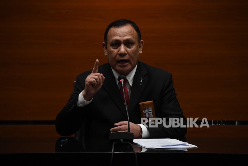 Ketua Komisi Pemberantasan Korupsi (KPK) Firli Bahuri menyampaikan keterangan terkait pelantikan pegawai KPK menjadi Aparatur Sipil Negara (ASN) di gedung KPK, Jakarta, Selasa (1/6/2021). KPK resmi melantik 1.271 pegawai yang lulus tes wawasan kebangsaan (TWK) untuk menjadi ASN.