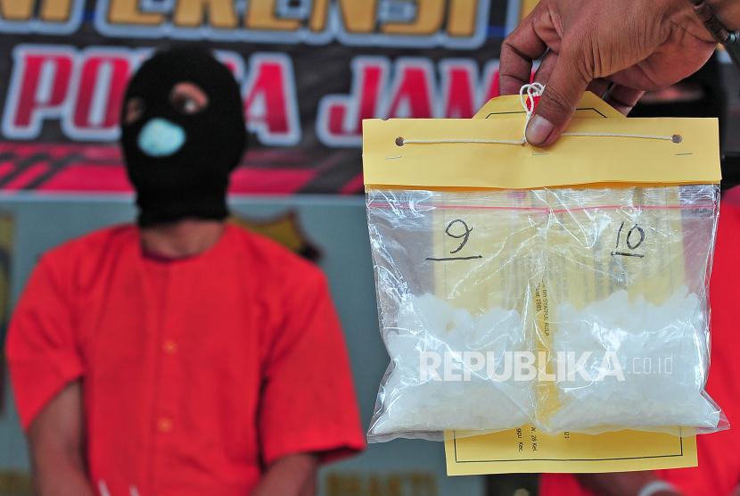 Petugas kepolisian menyusun barang bukti narkoba jenis sabu-sabu.