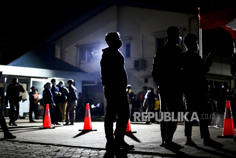 Sejumlah pemudik motor saat menunggu giliran tes rapid antigen di Jalan Rengas Bandung, Cikarang, Bekasi, Jawa Barat, Ahad (16/5). Tes rapid antigen secara gratis kepada pengendara motor yang belum memiliki surat bebas Covid-19 untuk mengantisipasi lonjakan kasus Covid-19 usai lebaran Idul Fitri 1442 Hijriah. Republika/Putra M. Akbar