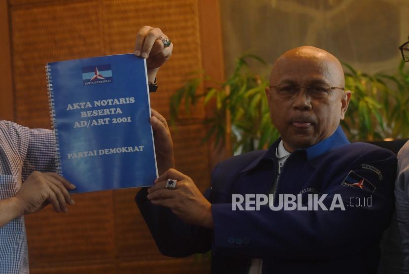 Salah satu inisiator acara yang di klaim sebagai Kongres Luar Biasa (KLB) Partai Demokrat di Deli Serdang, Darmizal menunjukkan akta notaris beserta AD/ART partai tahun 2001 sebelum konferensi pers di Jakarta, beberapa waktu lalu.