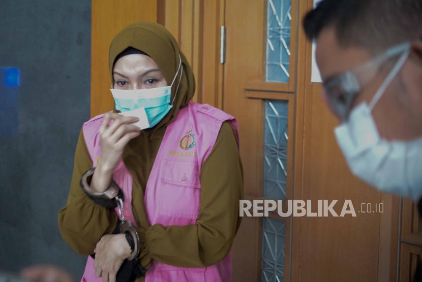Terdakwa dugaan suap dan gratifikasi pengurusan fatwa Mahkamah Agung (MA) atas nama Djoko Tjandra, Pinangki Sirna Malasari berjalan usai menjalani sidang Pledoi di Pengadilan Tipikor, Jakarta, Senin (18/1). Sidang yang beragendakan pembacaan pledoi atau nota pembelaan terdakwa atas tuntutan yang diberikan Jaksa Penuntut Umum tersebut ditunda dengan alasan terdakwa menghadiri pemakaman orang tuanya dan akan dilanjutkan pada Rabu (20/1). Republika/THoudy Badai