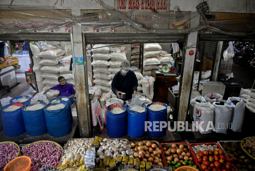 Pedagang sembako menimbang beras dagangannya di Pasar Tebet Timur, Jakarta Kamis (10/6). Rencana pemerintah mengenakan pajak pertambahan nilai (PPN) terhadap kebutuhan pokok dianggap akan menambah kerugian masyarakat. Apalagi, pandemi Covid-19 yang belum berakhir masih menyebabkan daya beli masyarakat lemah.Prayogi/Republika.