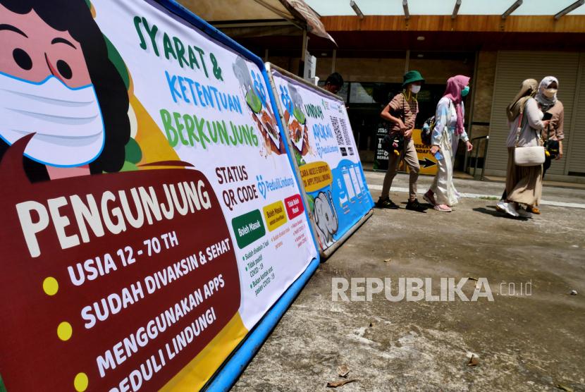Wisatawan pulang imbas membawa anak-anak saat berkunjung ke Gembira Loka Zoo (GL Zoo) saat uji coba pembukaan di Yogyakarta, Senin (13/9). GL Zoo menjadi salah satu destinasi wisata yang menjadi ujicoba pembukaan oleh pemerintah saat PPKM Level 3. Namun, wisatawan harus lolos pindai barcode aplikasi peduli lindungi. Atau wisatawan yang sudah divaksin, sehingga untuk anak-anak belum bisa. Selain GL Zoo di Yogyakarta yang mendapat lampu hijau pembukaan destinasi wisata yakni Tebing Breksi dan Hutan Pinus Mangunan.