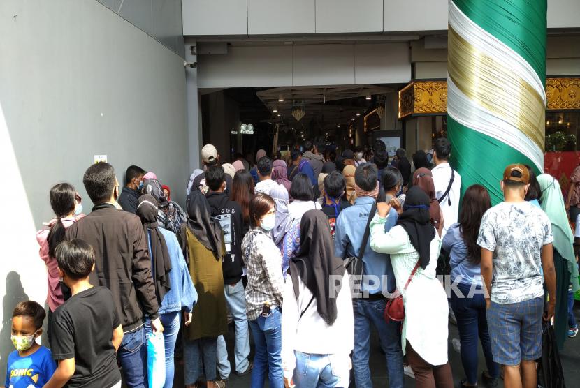 Pengunjung harus antre saat memasuki salah satu pusat perbelanjaan yang memberlakukan protokol kesehatan. Ilustrasi