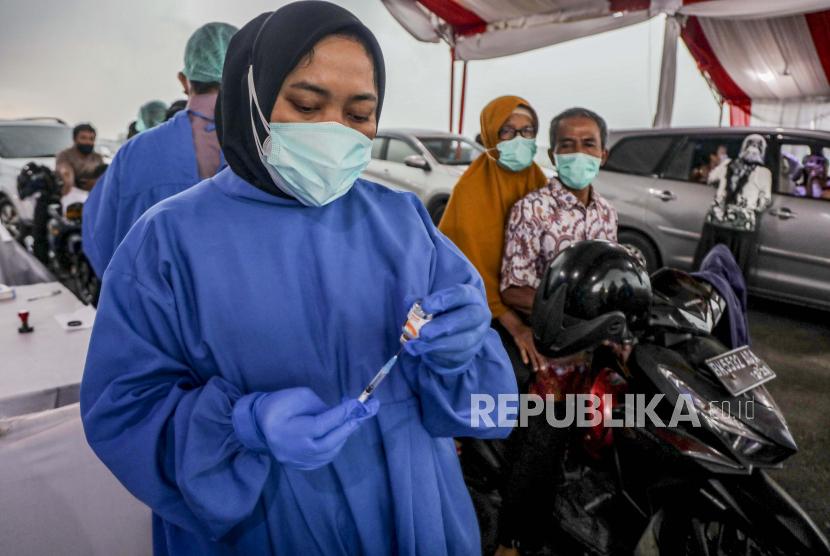 Seorang petugas kesehatan bersiap untuk menyuntikkan satu dosis vaksin COVID-19 Sinovac  (ilustrasi)