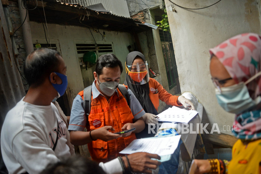 Petugas PT Pos Indonesia saat menyalurkan Bantuan Sosial Tunai (BST)