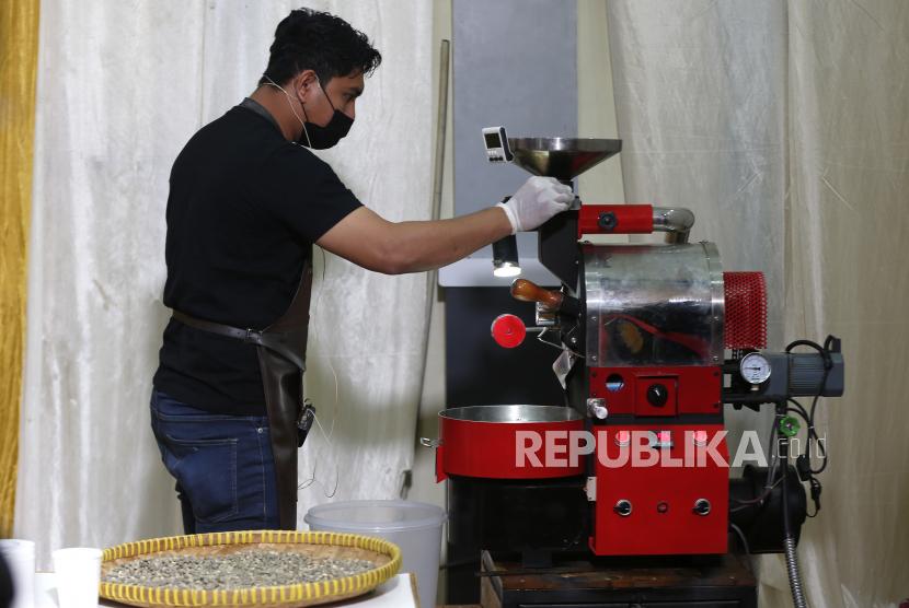 Pegiat dan pengusaha warkop mengikuti lomba membakar biji kopi (roasting) pada festival kopi koetaraja 2021 di Banda Aceh, Aceh, Ahad (28/2/2021). Festival Kopi Koetaraja yang digelar Dinas Kebudayaan dan Pariwisata Aceh secara daring dan luring (online dan offline) sebagai upaya mengedukasi dan mengembangkan industri kopi serta membangkitkan kembali ekonomi kreatif ditengah pandemi COVID-19.