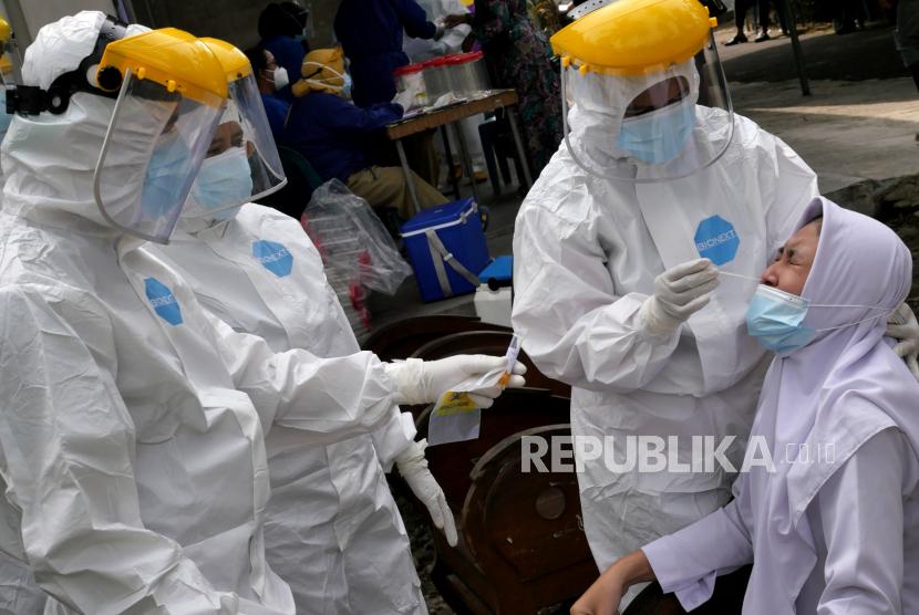 Warga mengikuti tes Covid-19 dengan swab antigen massal di Turi, Sleman, Yogyakarta, Senin (14/6). Sebanyak 160an warga dites Covid-19 massal dengan swab antigen menyusul adanya 5 KK yang positif terpapar Covid-19. Usai tes Covid-19 warga melakukan isolasi mandiri menunggu hasil tes swab antigen.