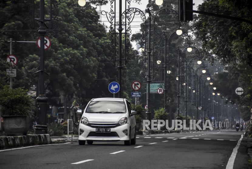 Kendaraan melintas di kawasan Jalan Ir H Djuanda, Kota Bandung