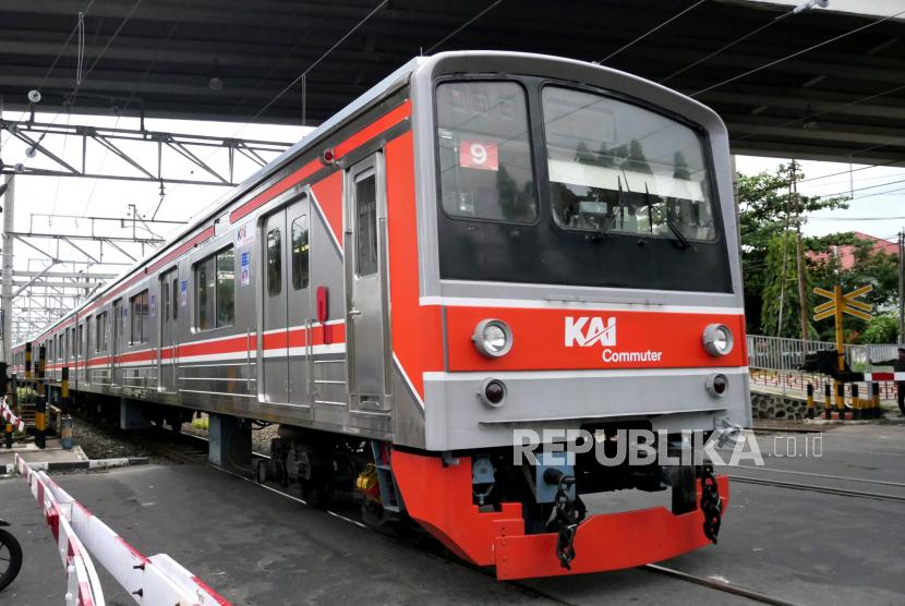KRL komuter Jogja-Solo melintas di Stasiun Lempuyangan, Yogyakarta.
