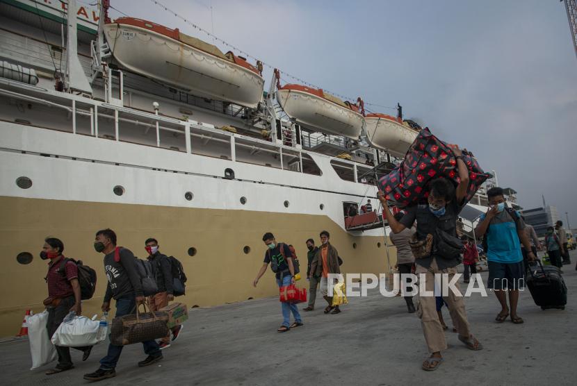 Sejumlah penumpang KM Lawit asal Tanjung Pandan, Belitung berjalan usai tiba di Pelabuhan Tanjung Priok, Jakarta, Jumat (23/4/2021). Pemerintah memperpanjang masa larangan mudik dari yang semula 6-17 Mei menjadi 22 April - 24 Mei 2021 untuk mencegah penyebaran COVID-19.