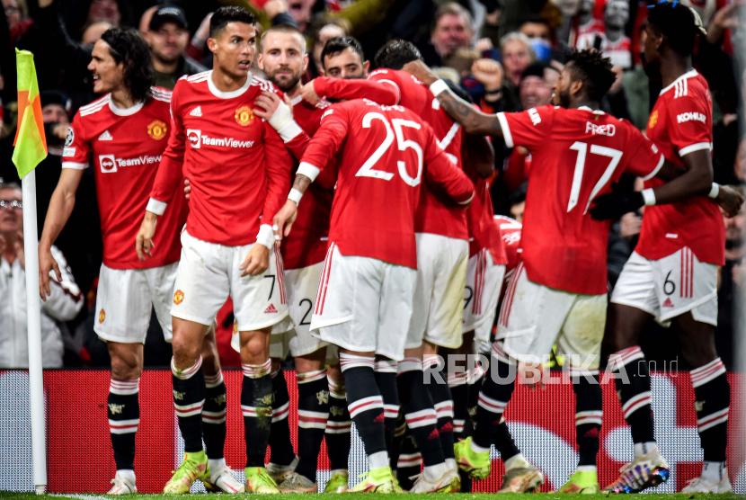 Pemain Manchester United Cristiano Ronaldo (2-L) merayakan dengan rekan satu timnya setelah mencetak keunggulan 3-2 selama pertandingan sepak bola grup F Liga Champions antara Manchester United dan Atalanta BC di Manchester, Inggris, 20 Oktober 2021.