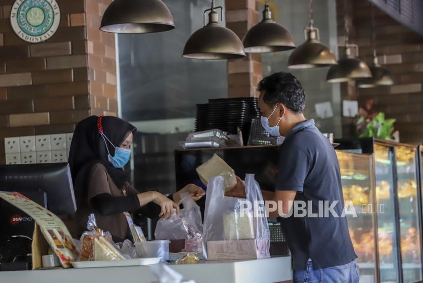 Pembeli memilih roti di salah satu gerai Morning Bakery di Batam ,Kepulauan Riau. Satuan Tugas Penanganan COVID-19 Kota Batam Kepulauan Riau mencatat total 21.334 warga setempat yang dinyatakan positif terpapar virus corona hingga Sabtu.