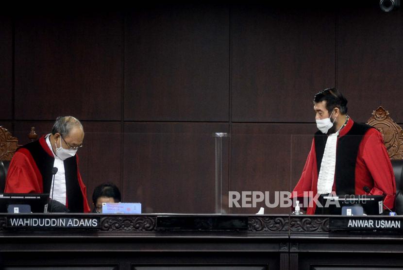 [Ilustrasi] Hakim Konstitusi (MK) Anwar Usman (kanan) bersama Hakim Konstitusi Wahiduddin Adams (kiri).