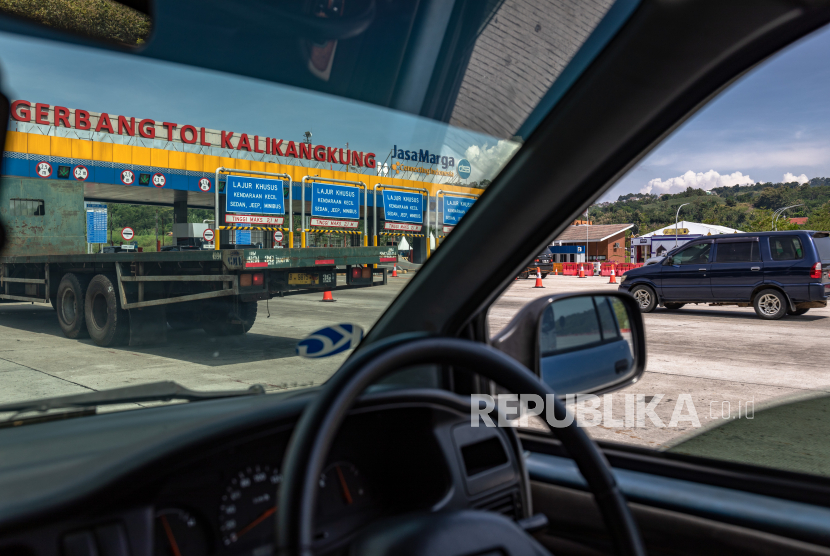 Sejumlah kendaraan antre melewati Gerbang Tol Kalikangkung, Kota Semarang, Jawa Tengah, Selasa, (4/5/2021).