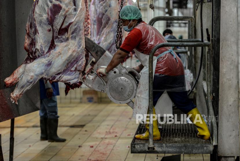 Pekerja menyelesaikan pemotongan daging kurban. (Ilustrasi)