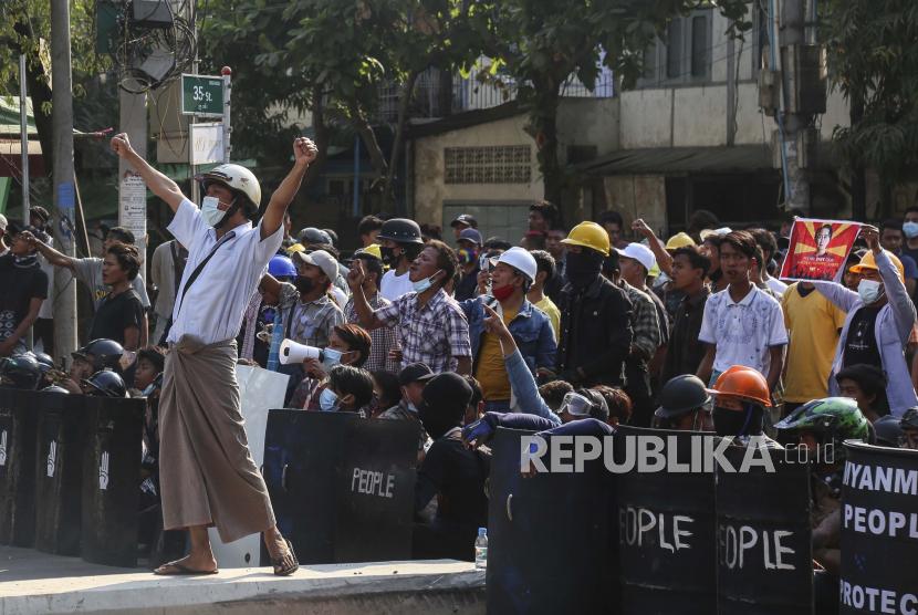 Demonstran Myanmar Gunakan Jemuran Sebagai Penahan Serangan | Republika  Online