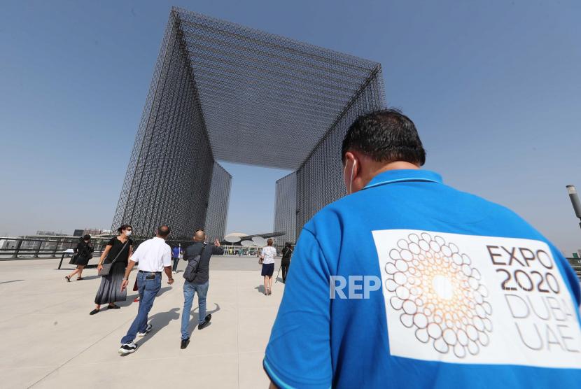 Orang-orang mengunjungi situs EXPO selama hari pertama EXPO 2020 Dubai di emirat Teluk Dubai, Uni Emirat Arab pada 01 Oktober 2021. 192 negara akan berpartisipasi dengan paviliun mereka di EXPO 2020 Dubai, Expo internasional pertama di Timur Tengah, Afrika dan kawasan Asia Selatan (MEASA), yang akan berlangsung mulai 01 Oktober 2021 hingga 31 Maret 2022.