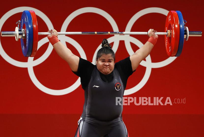 Nurul Akmal dari Indonesia mencoba untuk mengangkat 111kg dalam upaya keduanya selama bagian Snatch dari Perebutan Medali Emas Grup A +87kg Putri dari acara Angkat Besi Olimpiade Tokyo 2020, di Tokyo International Forum di Tokyo, Jepang, 02 Agustus 2021.