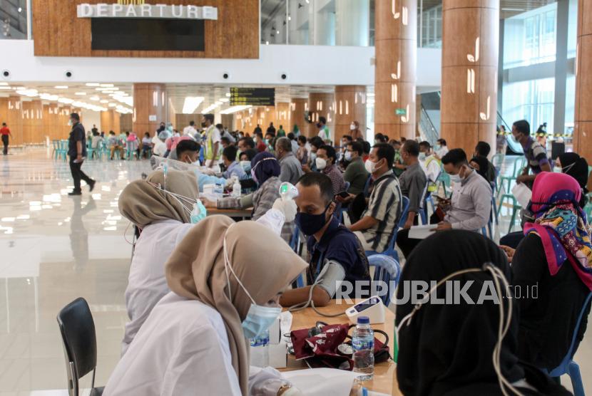 Petugas pelayanan bandara mengantre untuk mengikuti vaksinasi COVID-19 Astrazeneca tahap kedua di Lobby Baru Terminal 1 Bandara Internasional Juanda di Sidoarjo, Jawa Timur, Kamis (17/6/2021). PT Angkasa Pura I Kantor Cabang Bandara Juanda melaksanakan vaksinasi untuk 2.000 petugas pelayanan, karyawan maskapai, AirNav, petugas kebersihan, keamanan publik, dan mitra usaha lainnya.