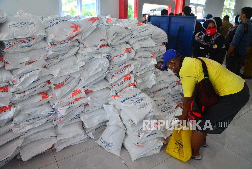 Warga mengambil bantuan sosial tambahan berupa beras saat pembagian di kantor Kecamatan Kota, Kudus, Jawa Tengah. Kementerian Keuangan memberikan tanggung jawab penyediaan dan penyaluran beras bantuan sosial (bansos) ke keluarga penerima manfaat (KPM) kepada direksi Perusahaan Umum Badan Urusan Logistik (Bulog).