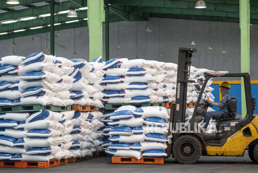 Pekerja menggunakan alat berat untuk memindahkan tumpukan pupuk di pabrik (ilustrasi). PT Pupuk Indonesia menyatakan, stok pupuk bersubsidi sangat cukup untuk tahun ini.