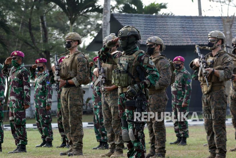 Prajurit Batalyon Intai Amfibi (Yontaifib) Korps Marinir TNI AL bersama United States Marines Corps Reconnaissance Unit melaksanakan upacara penutupan latihan yang bersandi Reconex 21-II di Pusat Latihan Pertempuran Marinir (Puslatpurmar) 7 Lampon, Banyuwangi, Jawa Timur, Rabu (16/6/2021). Latihan bersama pasukan elit kedua negara yang digelar selama dua pekan itu selain untuk berbagi teknik dan taktik pertempuran juga meningkatkan hubungan militer kedua negara.