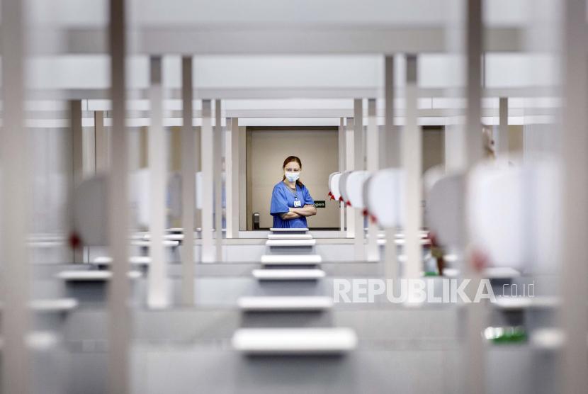 Seorang karyawan NHS memeriksa ruang vaksinasi di pusat vaksinasi massal Elland Road di Leeds, Inggris, Senin 8 Februari 2021. Vaksin AstraZeneca digunakan di Leeds dan secara luas di Inggris meskipun Afrika Selatan telah menangguhkan rencana untuk menggunakannya untuk Petugas kesehatan garis depan setelah uji klinis kecil menunjukkan bahwa itu mungkin tidak efektif melawan varian virus korona Afrika Selatan.
