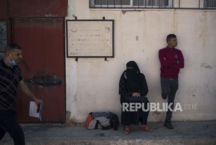 Warga Palestina menunggu di luar perbatasan perbatasan Rafah dengan Mesir, Jalur Gaza selatan, Minggu, 6 Juni 2021.