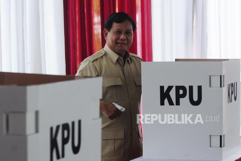 Ketua Umum Partai Gerindra Prabowo Subianto saat pencoblosan pilkada serentak 2018 di TPS 017, Desa Bojong Koneng, Babakan Madang, Bogor, Jawa Barat, Rabu (27/6).