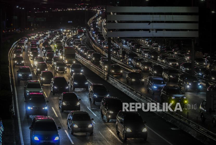 Suasana kendaraan terjebak macet di Jalan Tol Cawang-Grogol, Jakarta, Sabtu (1/5). Pemerintah Provinsi (Pemprov) DKI Jakarta resmi menerapkan aturan surat izin keluar masuk (SIKM) selama periode larangan mudik Lebaran mulai hari ini, tanggal 6 hingga 17 Mei 2021.