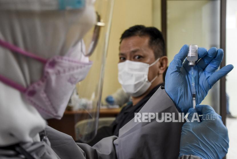 Vaksinator bersiap melakukan vaksinasi Covid-19 di Pasar Baru Trade Center, Jalan Otto Iskandar Dinata, Kota Bandung, Senin (8/3). Sedikitnya 300 pedagang menerima vaksin Covid-19 Sinovac dosis pertama pada pelaksanaan vaksinasi tahap kedua di Kota Bandung yang ditujukan bagi lansia dan petugas publik seperti aparatur sipil negara (ASN), anggota TNI dan Polri, pedagang pasar, pekerja seni, pekerja pariwisata dan sejenisnya. Foto: Republika/Abdan Syakura