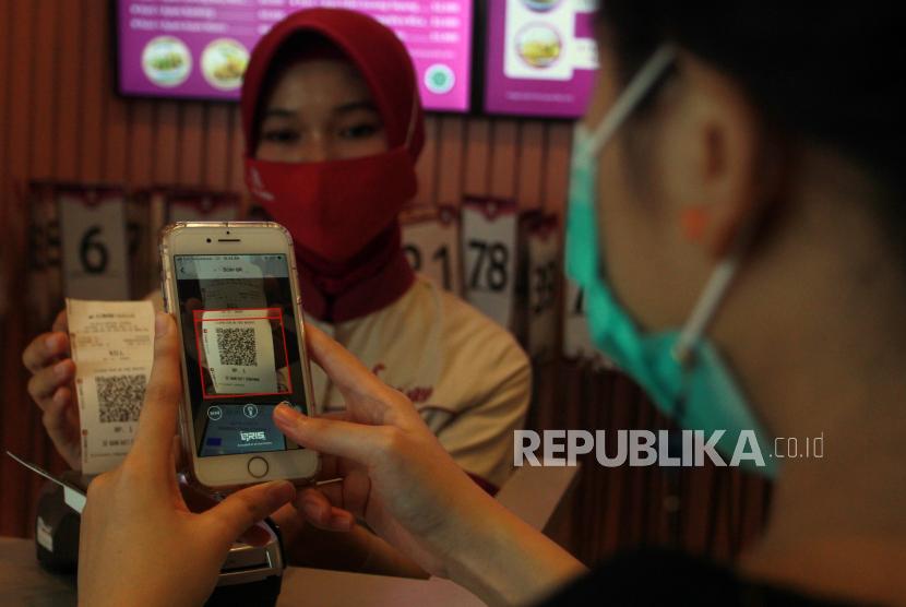 Pengunjung melakukan transaksi pembayaran non tunai dengan menggunakan Scan QRIS (ilustrasi)