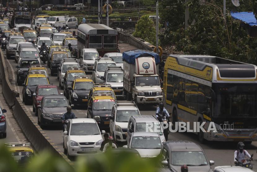 Lalu lintas terlihat di jalan raya di Mumbai, India, Senin, 7 Juni 2021. Bisnis di dua kota terbesar di India, New Delhi dan Mumbai, dibuka kembali sebagai bagian dari pelonggaran bertahap tindakan penguncian di beberapa negara bagian sekarang setelah jumlah infeksi virus corona baru di negara ini terus menurun.
