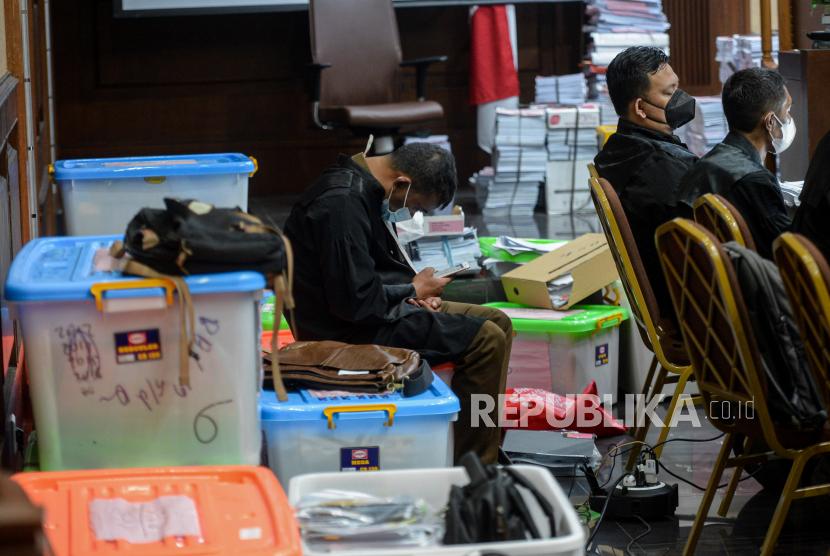 Jaksa Penuntu Umum duduk diatas boks berkas perkara saat sidang sidang lanjutan PT Asabri di Pengadilan Tipikor, Jakarta Pusat, Rabu (22/9). Sidang kasus dugaan korupsi terkait pengelolaan keuangan dan dana investasi di PT Asabri tersebut beragendakan pemeriksaan sejumlah saksi yang dihadirkan Jaksa Penuntut Umum (JPU). Republika/Thoudy Badai