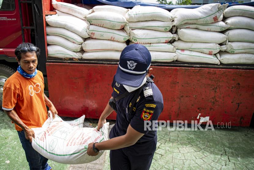 Petugas Kantor Pelayanan Bea dan Cukai Batam menurunkan gula pasir hasil penindakan di Sekretariat Tim Gugus Tugas Penanganan COVID-19 Batam, Kepulauan Riau, Jumat (8/5/2020). Sebanyak 12,5 ton gula pasir yang merupakan barang bukti hasil penindakan Kantor Bea dan Cukai Batam dihibahkan kepada Tim Gugus Tugas Penanganan COVID-19