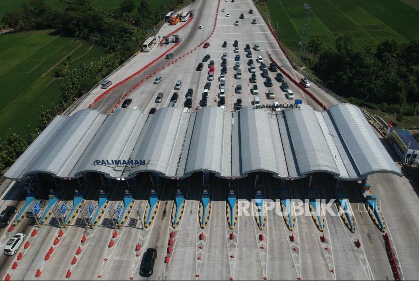 Sejumlah kendaraan pemudik melintas di pintu masuk tol Cipali, Palimanan, Cirebon, Jawa Barat, Rabu (13/6).