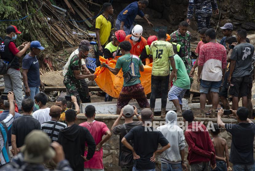 Sejumlah petugas SAR, prajurit TNI, dan dibantu warga memanggul salah satu korban yang ditemukan meninggal dunia akibat banjir bandang di Adonara Timur, Kabupaten Flores Timur, Nusa Tenggara Timur (NTT), Rabu (7/4/2021). Hingga hari keempat pascabencana, petugas SAR, TNI/Polri, dan dibantu warga masih terus melakukan pencarian korban yang masih hilang akibat bencana alam yang terjadi pada Minggu (4/4).