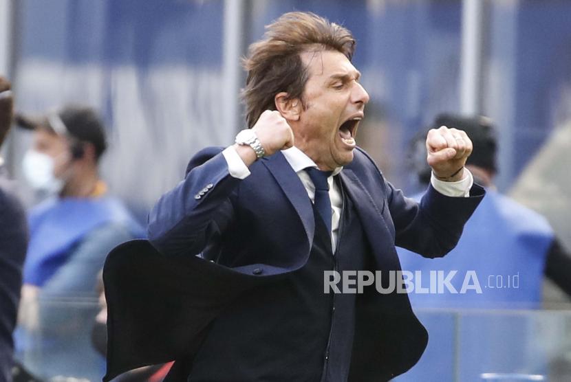 Pelatih kepala Inter Milan Antonio Conte merayakan kemenangan timnya 1-0 di akhir pertandingan sepak bola Serie A antara Inter Milan dan Hellas Verona, di stadion San Siro di Milan, Italia, Minggu, 25 April 2021.