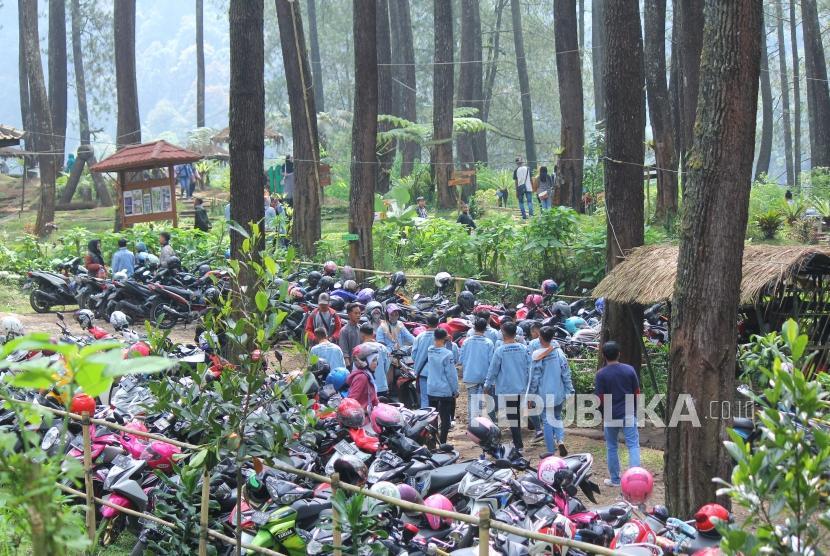 Pengunjung menikmati suasana alam di tempat wisata Hutan Pinus di Cikole, Kecamatan Lembang, Kabupaten Bandung Barat, Ahad (17/6).