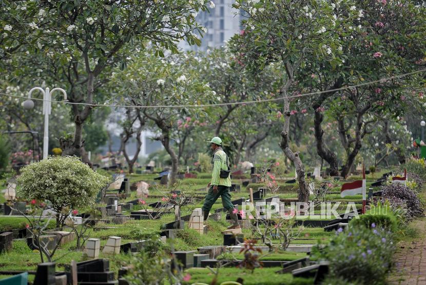 Petugas beraktivitas di Tempat Pemakaman Umum TPU. (ilustrasi)