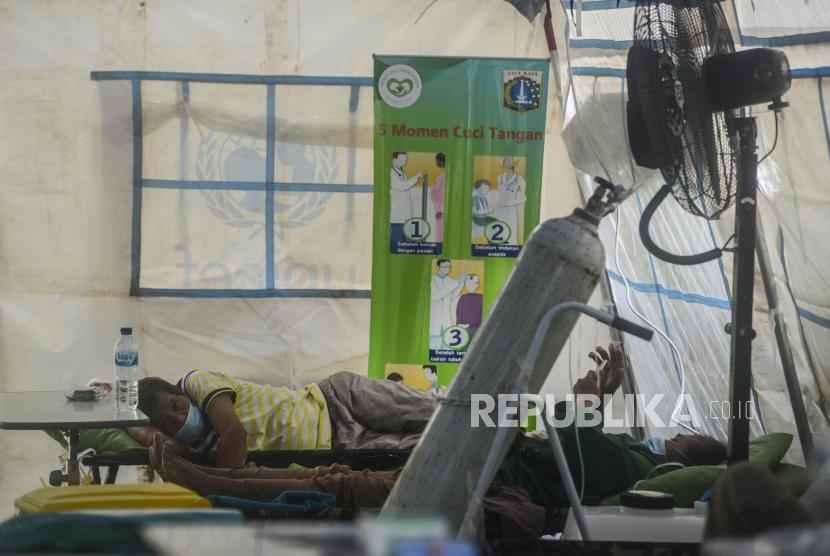 Pasien positif Covid-19 yang ditampung di tenda darurat Covid-19