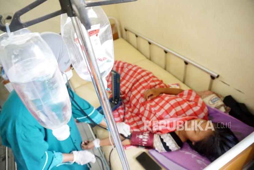 Petugas kesehatan memeriksa tensi atau tekanan darah salah satu korban keracunan nasi kotak (ilustrasi)