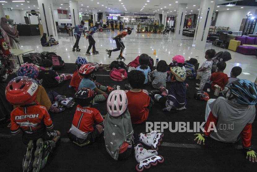 Sejumlah anak memperhatikan pelatih cara bermain sepatu roda saat mengikuti latihan di Dmall, Depok.