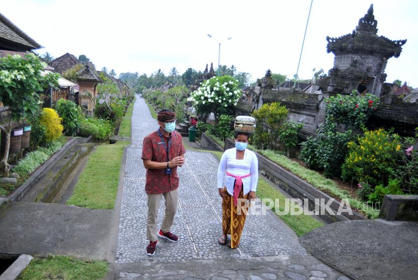 Menteri Pariwisata dan Ekonomi Kreatif Sandiaga Salahuddin Uno (kiri) berbincang dengan warga yang tinggal di Desa Wisata Penglipuran, Bangli, Bali