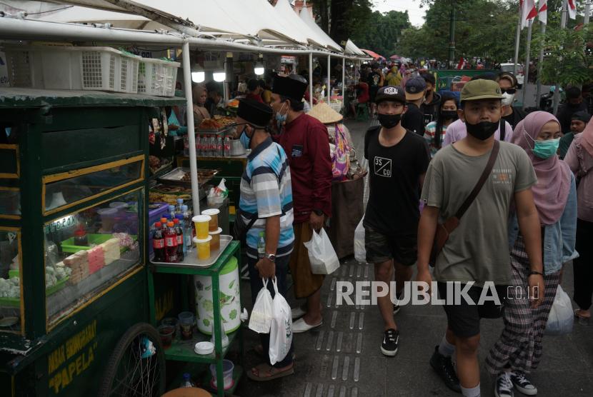 Wisatawan memadati kawasan Malioboro, Yogyakarta, Ahad (5/9/2021). Saat akhir pekan, kawasan Malioboro ramai dikunjungi wisatawan meskipun saat ini Yogyakarta masih menjalankan Pemberlakuan Pembatasan Kegiatan Masyarakat (PPKM) Level 4.