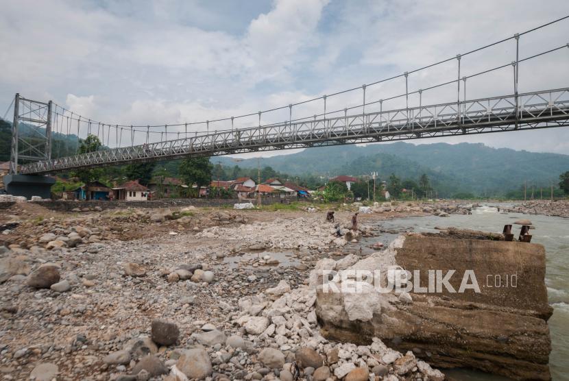 Bukaka Teknik Utama Resmikan Jembatan Gantung di Lebak. Foto ilustrasi:   Warga beraktivitas di bawah jembatan gantung yang telah dibangun di Desa Banjar Irigasi, Lebak, Banten, Selasa (15/6/2021). Kementerian Pekerjaan Umum dan Perumahan Rakyat (PUPR) menyelesaikan 12 perbaikan jembatan yang sebelumnya rusak akibat diterjang bencana banjir bandang di Kabupaten Lebak guna mempermudah akses masyarakat.