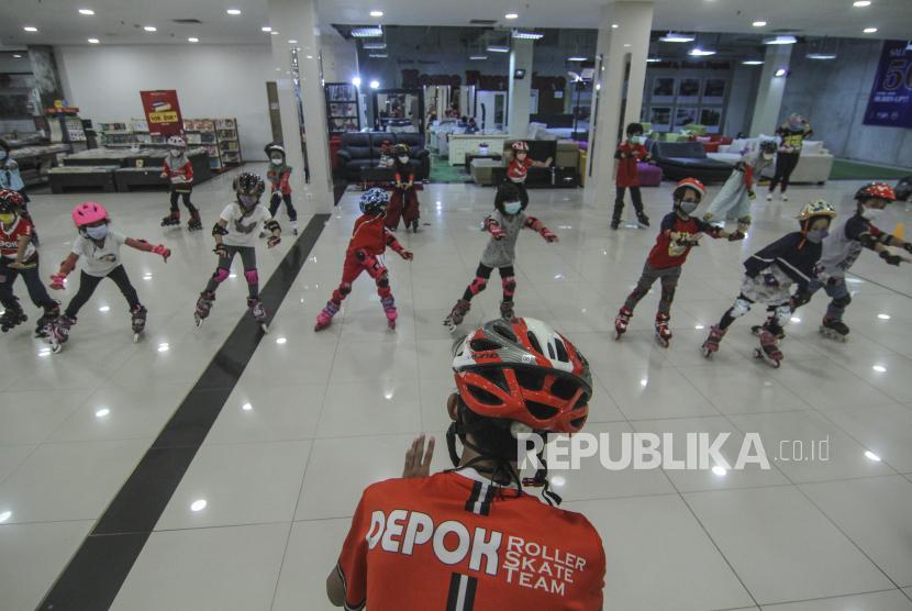 Sejumlah anak mengikuti latihan sepatu roda di Dmall, Depok, Jawa Barat. WHO menganjurkan anak berolahraga sebanyak 60 menit setiap hari.